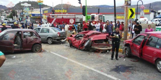 Camión en sentido contrario atropella personas, una mujer muerta