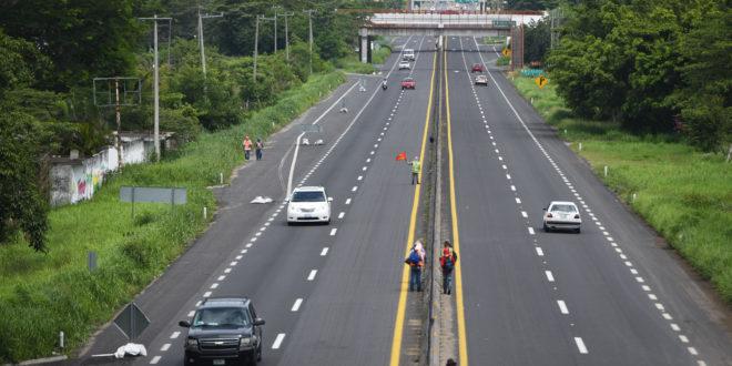 Robo a turistas desata balacera en la Autopista Siglo 21