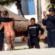 Policías de Cancún posan para fotos con turistas topless