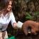 Melania alimenta a bebés elefantes en Kenia