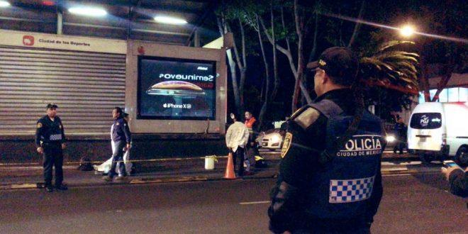 Hombre muere embestido por Metrobús en estación Ciudad de los Deportes
