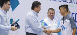 El gobernador Francisco García Cabeza de Vaca entrega reconocimientos a deportistas tamaulipecos.